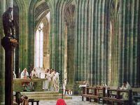 Deux  Cartes postales du Mont Saint-Michel datant des années 70 - Avec nos amis venus de l'Isère, en 1985 - Autre carte postale  en perpective cavalière - Les pans vertigineux de la Merveille  - Dans le  chœur de l'église haute. Avec quelques de nos résidents en visite au Mont.