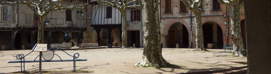 Une place à couverts du XIIIe siècle.