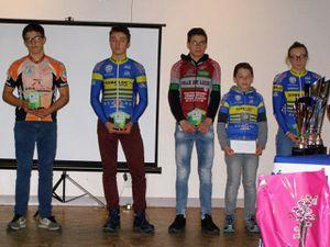 les jeunes cadets et dames minimes cadettes récompensés pour leurs sélections. Et pour d'autres jeunes pour leurs sélections régionales pour les championnats de France.