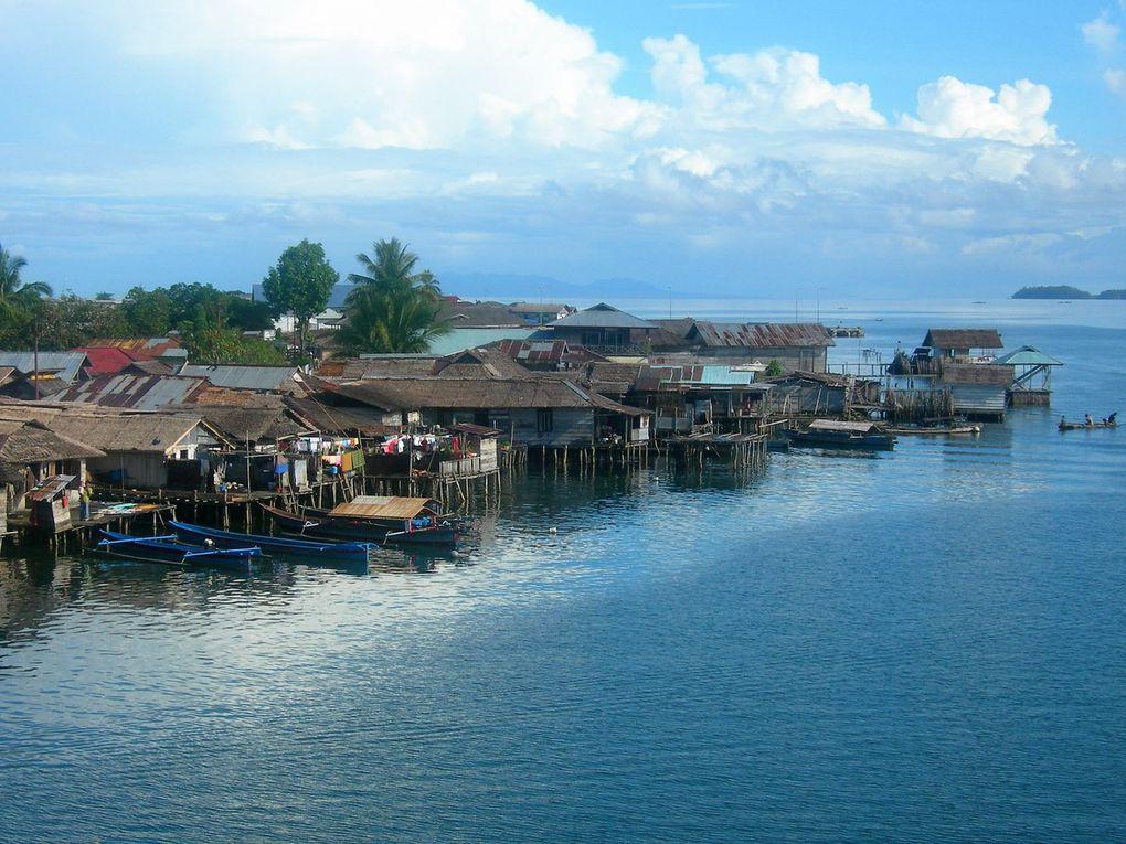 Après Manado, l'ile de Bunaken, paradis des plongeurs. Balades à l'intérieur de l'île, avec mousson. Puis à bord d'un vieux ferry, traversée du golfe de Tomini pour les îles Togian , encore peu visitées avec leurs villages-rues en bord de mer.
