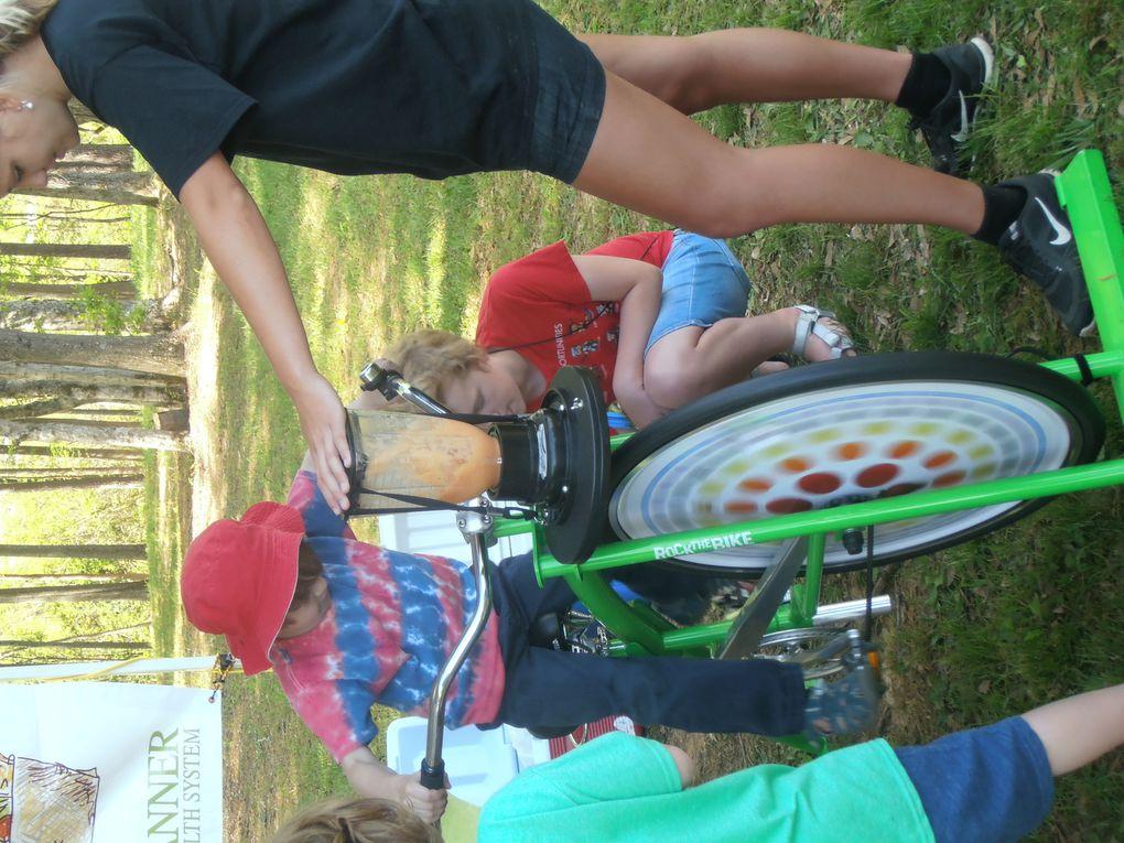 Un peu plus joyeux maintenant : l'inauguration officielle de la ceinture vient d'avoir lieu avec au programme des évènements sportifs (vélo et course à pieds), de la musique et des stands. L'idée de fabriquer son cocktail de fruits en pédalant m'a bien amusé !