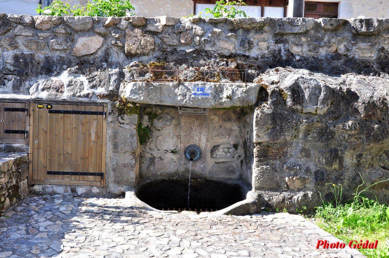 La fontaine sur le ruisseau du Reclus. Son nom vient du reclusage, petit réduit où une jeune femme sacrifiait sa vie po de toute la population.ur racheter les péchés