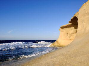 On dirait que la roche a soigneusement été découpée comme de la dentelle par des couturières bretonnes.
