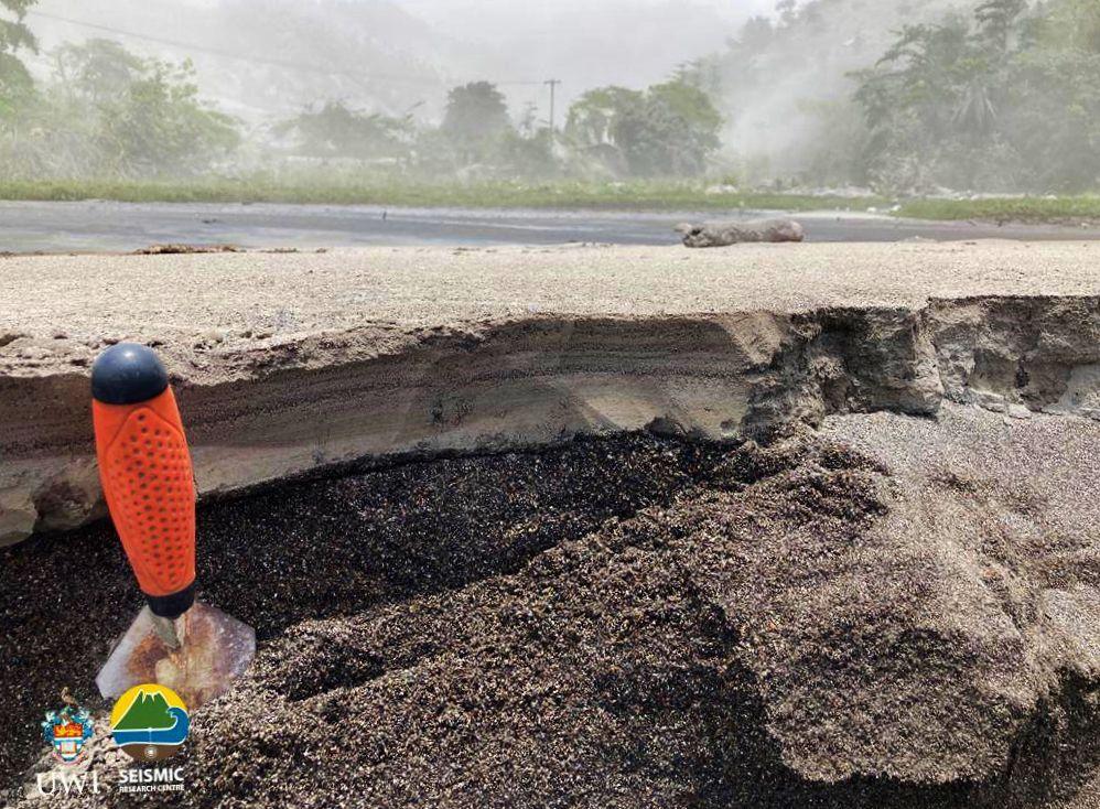 Soufrière de St. Vincent – 18,04,2021 - Travail sur le terrain du côté sous le vent de la zone rouge. Dépôt de surge à Richmond provenant de la rivière Wallibou. Les PDC étaient situés à environ 300 m de l'endroit où ce flux se terminait. Crédit photo: Richard Robertson, UWI-SRC.