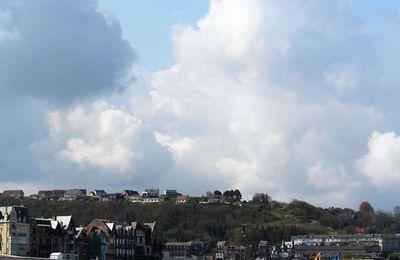 La photo du Lundi 03 Mai 2021. Les nuages au-dessus de la plage, suivi de Les nuages, poème.