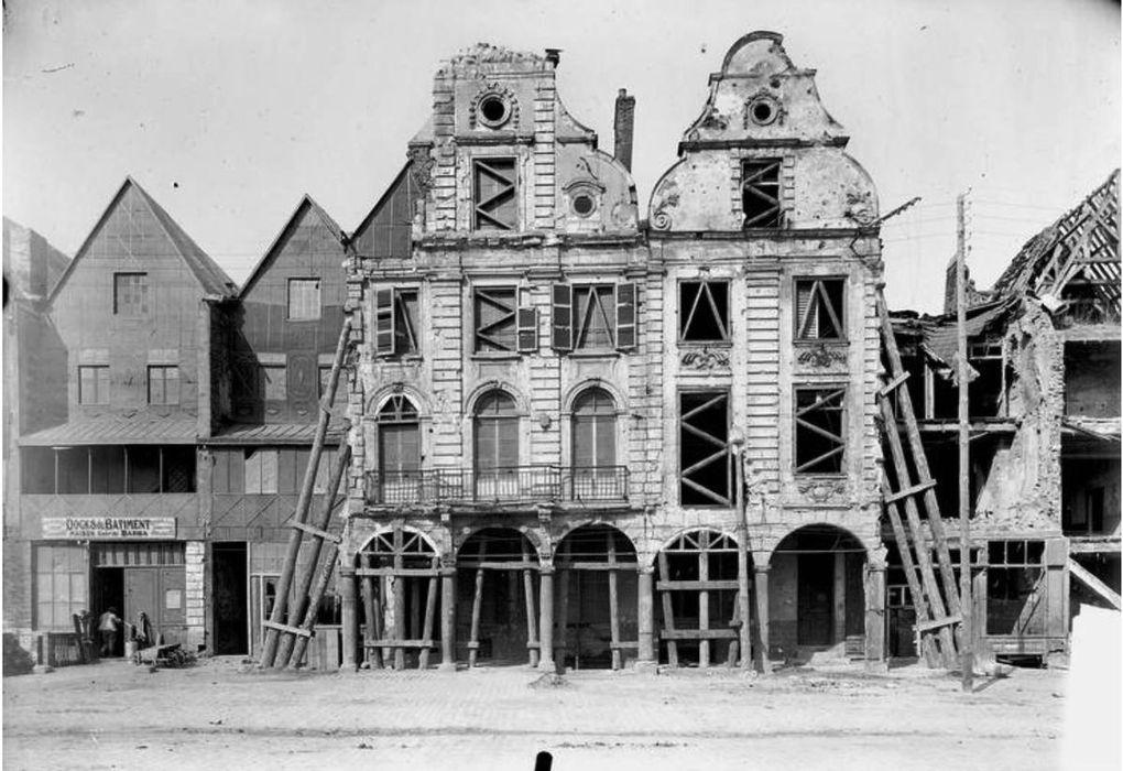 Visualisez l'intégralité de cette série de photos à l'article « La reconstruction des places et du Mont-de-Piété » (page 4)