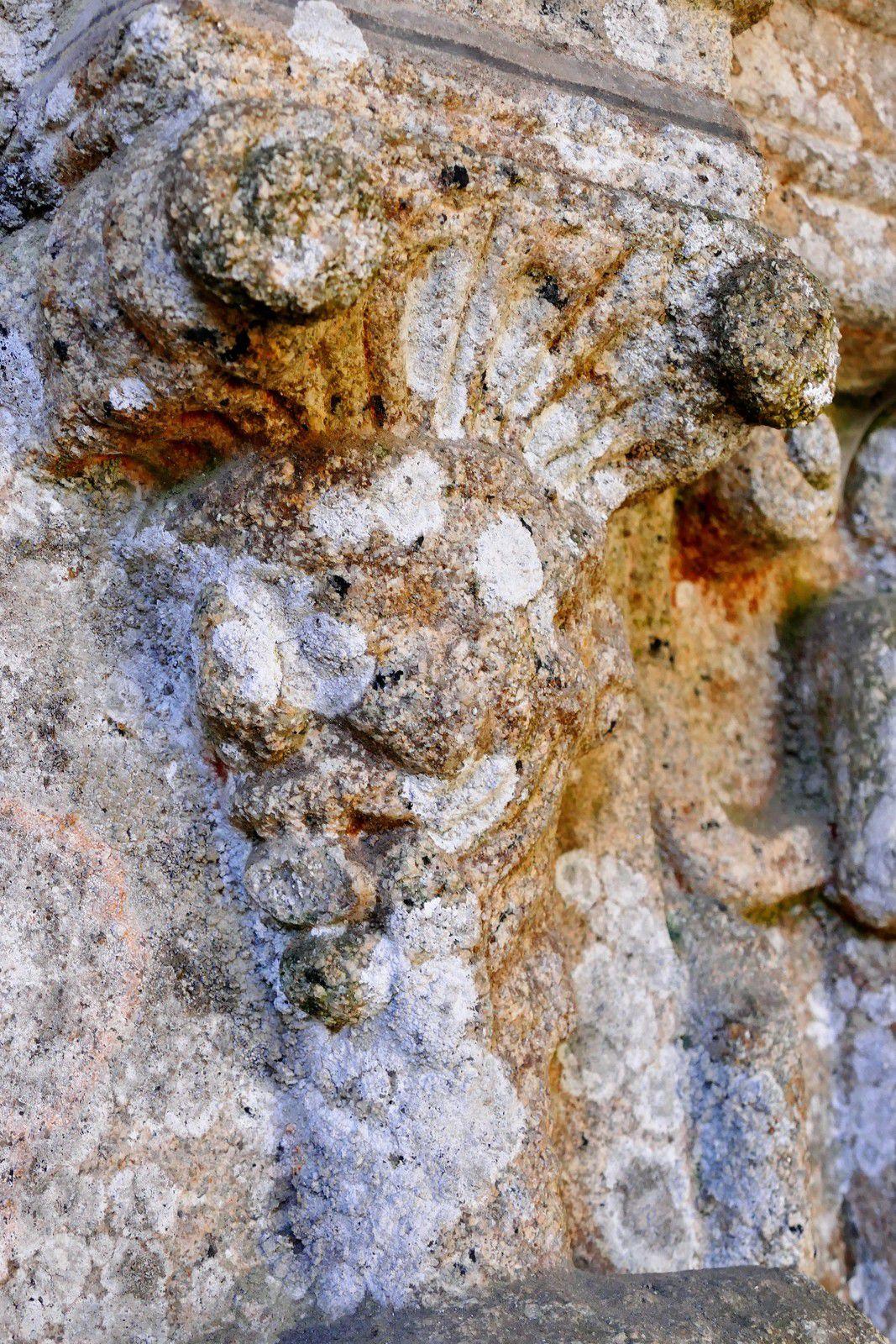 Les Termes ou cariatides (granite, 1570-1601) sous les niches des Apôtres du porche sud de Bodilis. Photographie lavieb-aile 2021.