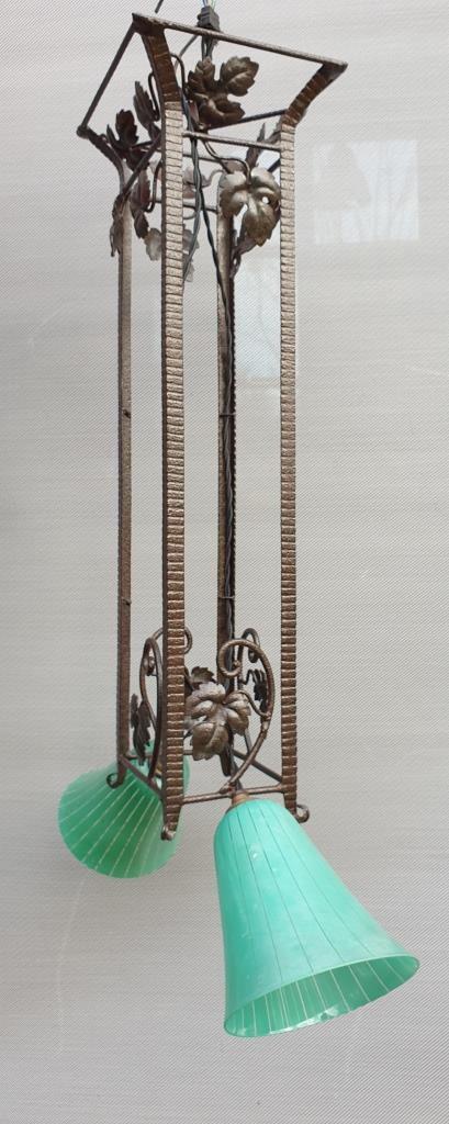 Lustre Art Déco 1930 en fer forgé feuillagé à 2 lumières tulipes vertes - vendu