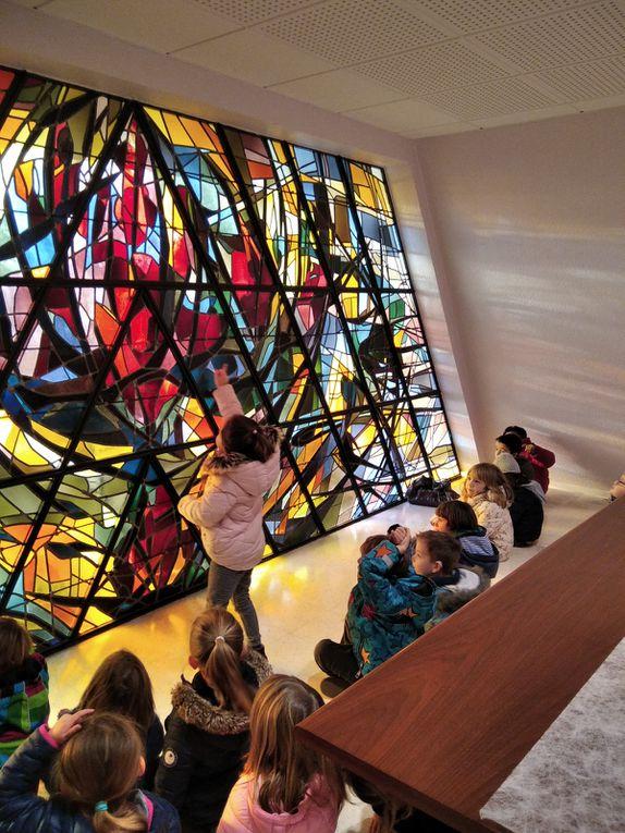 Après avoir observé les vitraux de l'église St Cornély et celui de la salle des mariages de la mairie, les élèves ont réalisé leur propre vitrail. Pour cela, ils ont représenté un château, une fleur ou un bateau à l'aide de pochoirs géométriques. Sandrine a ensuite évidé les formes et les enfants ont collé des morceaux de papier vitrail. Pour finir, ils ont encadré leur production en traçant des créneaux.