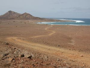 D'un côté la côte sauvage et de l'autre des paysages désertiques d'origine volcanique.