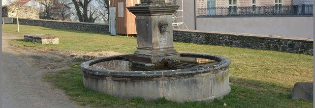 Lavoir,croix,puits et monument à Villeneuve Lembron