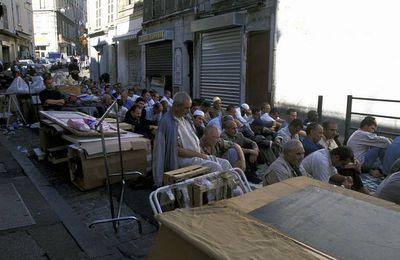 « 300.000 musulmans » à Marseille, soit 34.5% de la population ? Darmanin ne réfute pas ce chiffre lors d'une ITW, qui viendrait de la mairie de Marseille