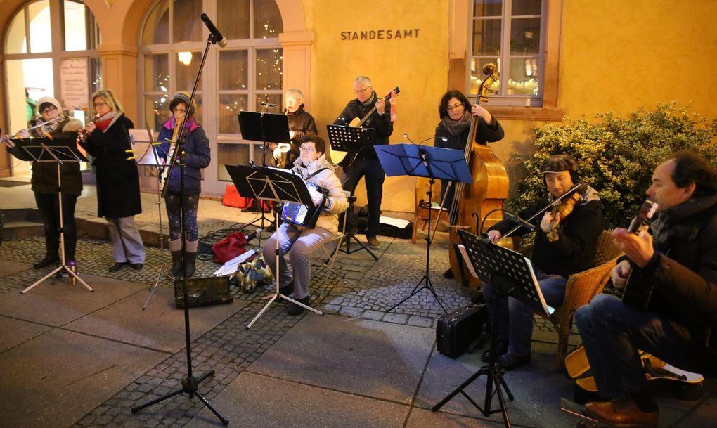 Weihnachtliche Weisen und Folkmusik aus verschiedenen Ländern präsentierte die  Folkband , Leitung Rainer Nürnberger und Andreas Franzky, in harmonischer Besetzung. Blockflöten, Querflöte, Akkordeon Violine, Cello, Gitarre, Saxophon und Kontrabass zauberten ruhige und mitreißende Klänge.