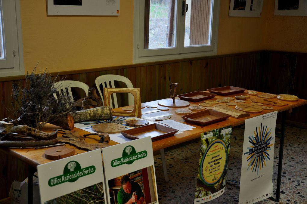 La table de présentation de la menuiserie ébénisterie d'art. (2 photos)