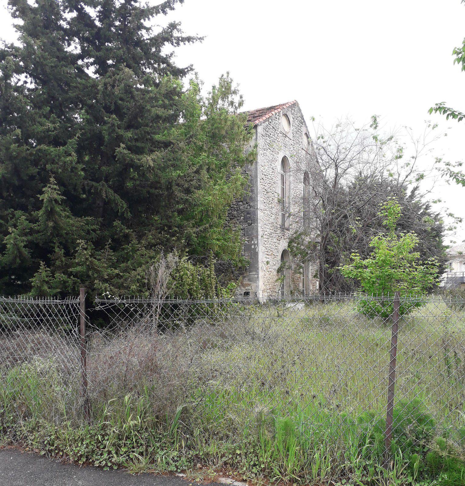 La fabrique à soie de la veuve Durand, située avenue Becquerel à Saint Paul Trois Châteaux, est construite sur un Beal, petit canal de drainage, d'un ancien moulin à farine, moulin aujourd'hui transformé en habitation situé juste a quelques pas de là.