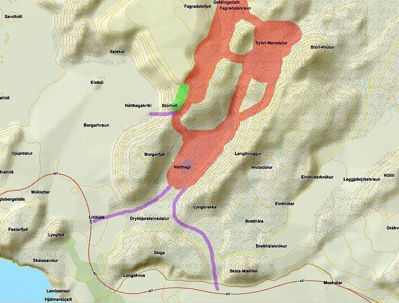 Fagradalsfjall elgos -  En rouge : Le magma aujourd'hui.-  en vert : Le fort. - Les lignes violettes : Chemins possibles de la lave.Il y a un risque qu'il s'accumule dans le virage vers Nátthaga et se jette dans Nátthagakrik.Le chemin du magma mène également à Nátthaga en direction de Suðurstrandarvegur. Doc. Frettablaðið
