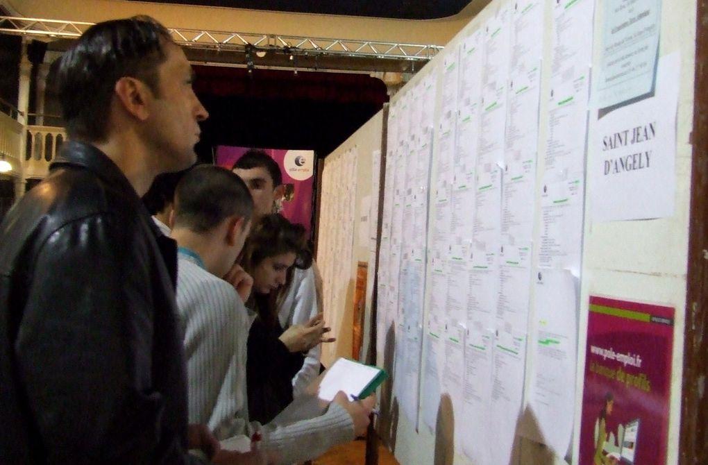 Plus de 300 jeunes sont venus au forum des emplois saisonniers organisé le 9 mars 2011 à Saint-Jean-d'Angély par la Mission Locale, Pôle Emploi, le Bureau information jeunesse et la maison de l'entreprise et de l'emploi. Ils ont pu rencontrer une