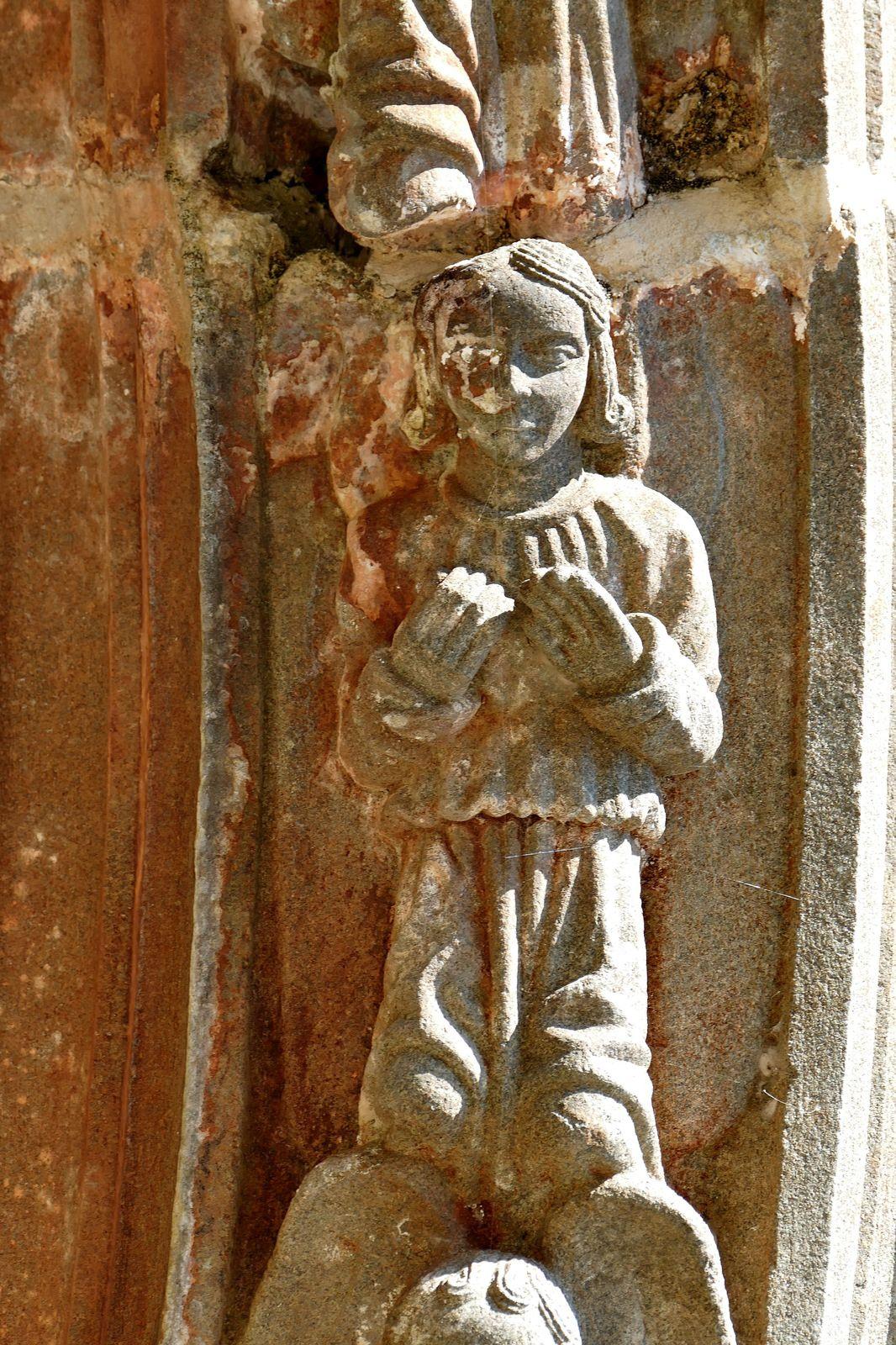 Voussures (kersanton, traces de  polychromie, Prigent v.1553) du porche sud de Pencran. Photographie lavieb-aile.