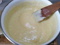1 - Préparer une crème pâtissière de la façon suivante : dans une casserole, porter le lait à ébullition avec la vanille fendue. Dans une jatte travailler au fouet l'oeuf entier, les jaunes, le sucre jusqu'à ce que le mélange blanchisse. Incorporer la farine et remuer avec une spatule, ajouter progressivement le lait bouillant en remuant. Verser ensuite la crème dans une casserole à fond épais et faire cuire à feu très doux en remuant jusqu'à la 1ère ébullition. Retirer du feu lorsque la crème a épaissi et réserver jusqu'à complet refroidissement.