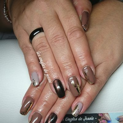 manucure cat eyes vernis chocolat nude et touches d'or