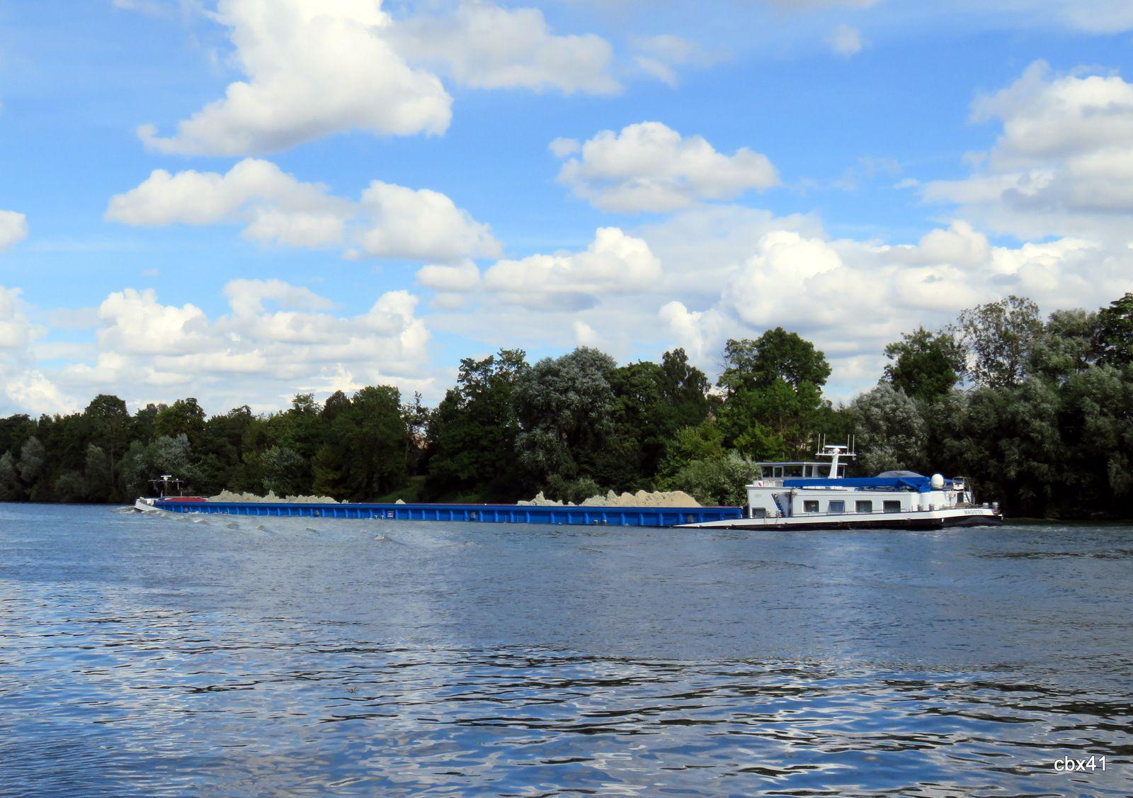 """Bateau """"Dreamboat"""" et automoteurs sur la Seine"""