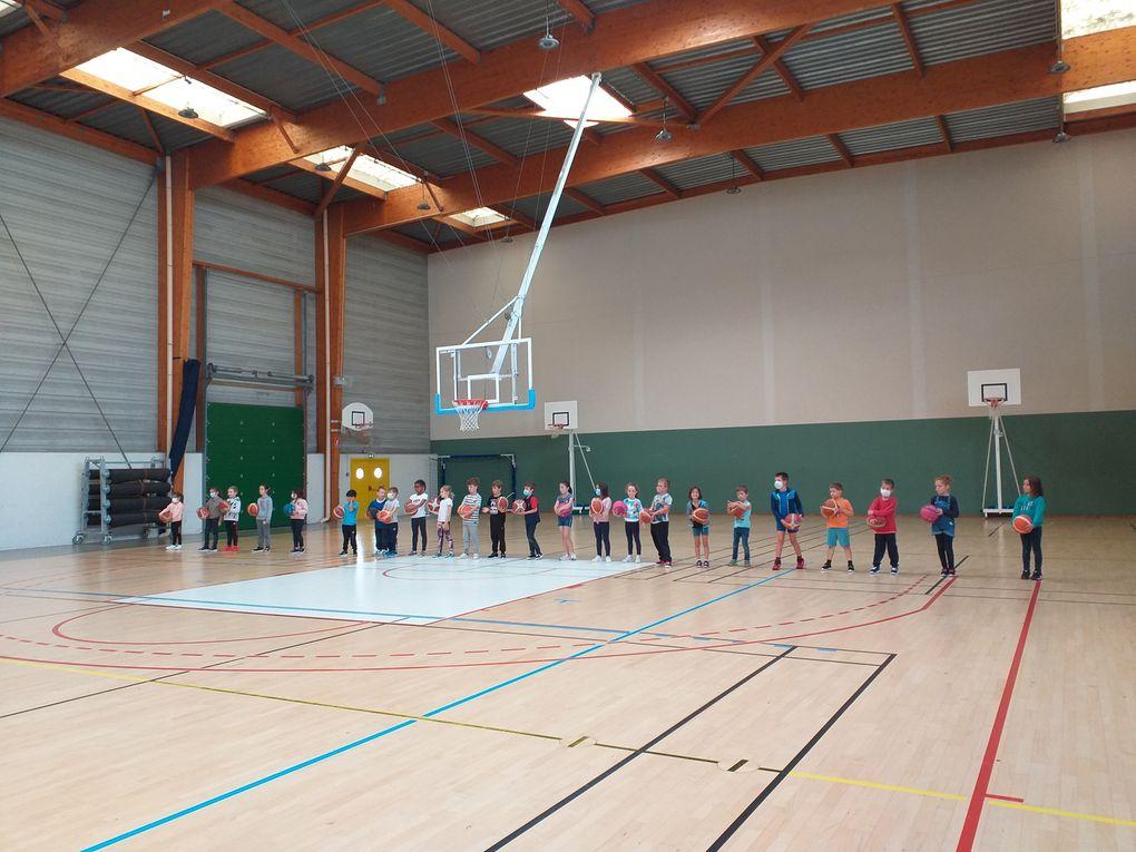 Alain-Martial, entraîneur de basket, est venu faire découvrir cette activité sportive à toutes les classes du CP au CM2. De nouvelles vocations pourraient-elles voir le jour ? ...
