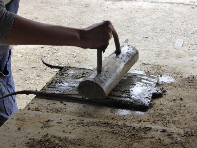 Moules à briques, à tuiles et 2 étapes de la fabrication d'une tuile (musee-tuileries-puycheny.boonzai.com)
