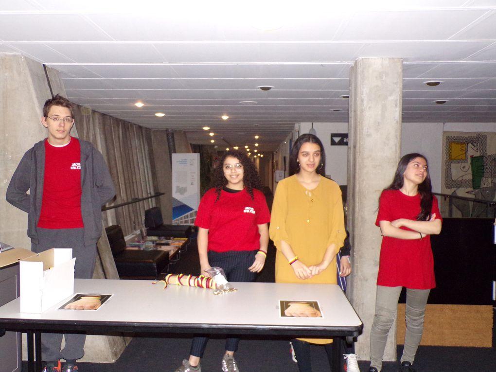 Les élèves accueillent le public alors que la salle se remplit progressivement
