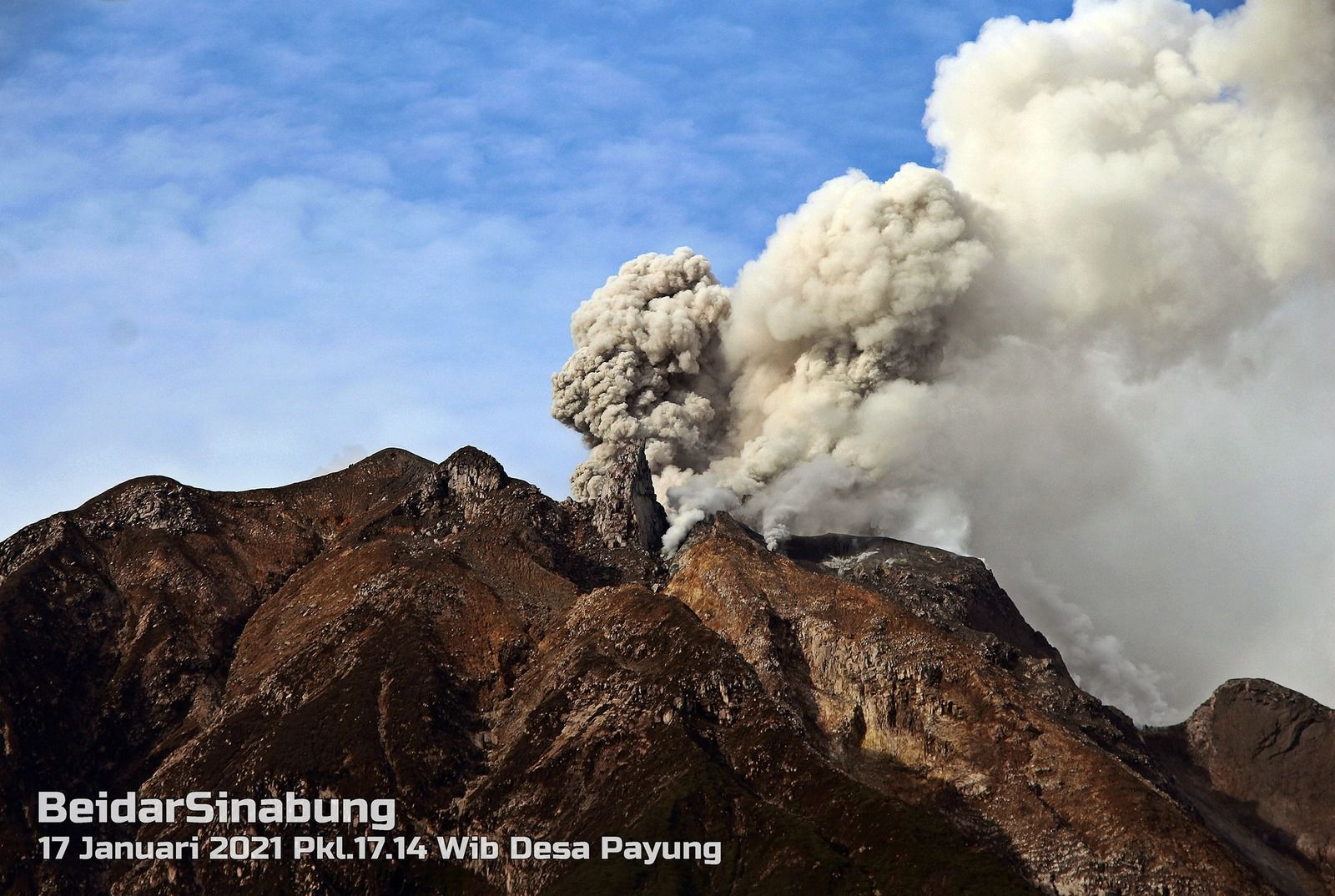 The Sinabung from Payung and the summit dome - 17.01.2021 / 17:14 WIB - photos Firdaus Surbakti via Beidar Sinabung