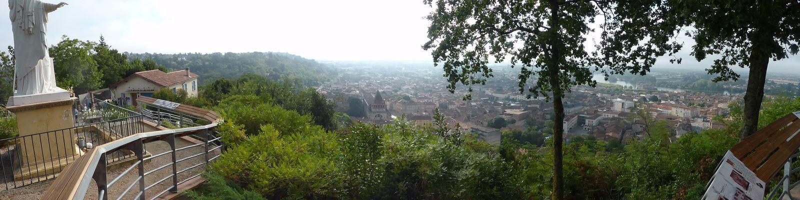 A proximité de notre gîte d'étape, se trouvent une vierge et une vue sur Moissac et la rivière du Tarn.