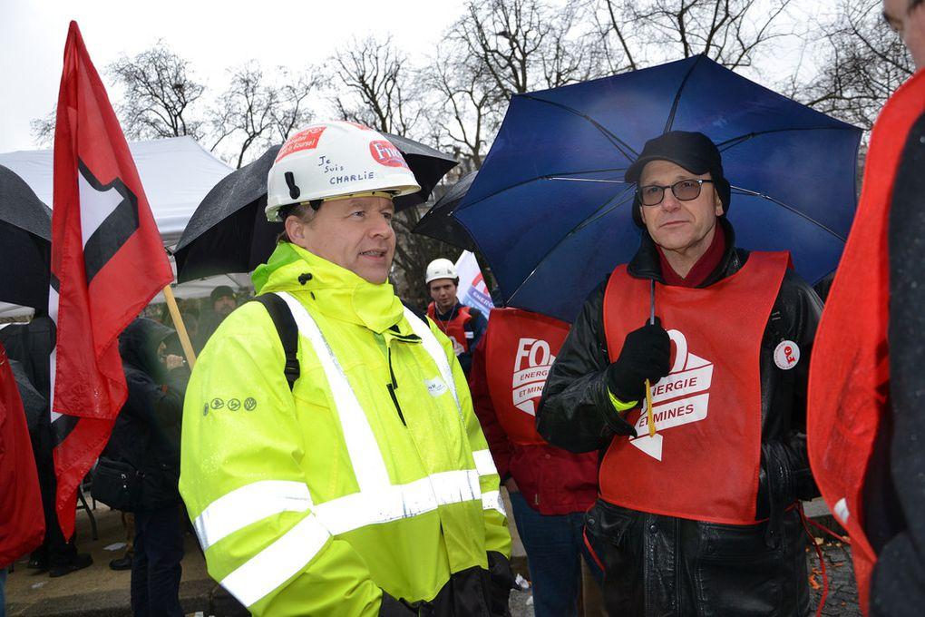 Électriciens et gaziers, auxquels se sont joints les cheminots, s'opposent aux réformes qui remettent en cause leurs statuts et leurs emplois.