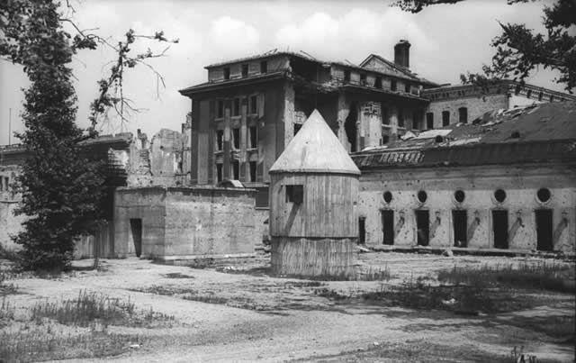 Cliché de juillet 1947 montrant l'entrée arrière du Führerbunker, dans le jardin de la chancellerie du Reich