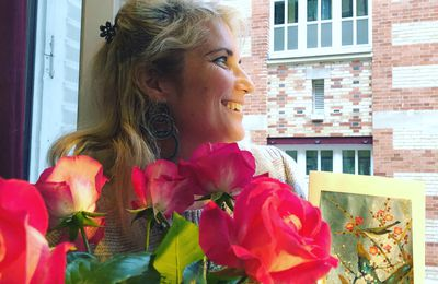 "Soprano from balcony in ""Besame mucho"" et ""la vie en rose"" Paris lockdown 27 avril 2020"