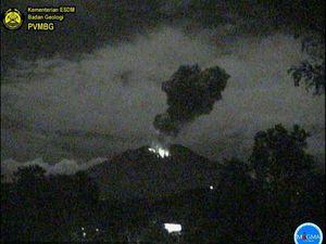 Agung  - éruptions du 03.07.2018 /  4h19 et du 04.07.2018 / 3h29  - webcam PVMBG - un clic pour agrandir