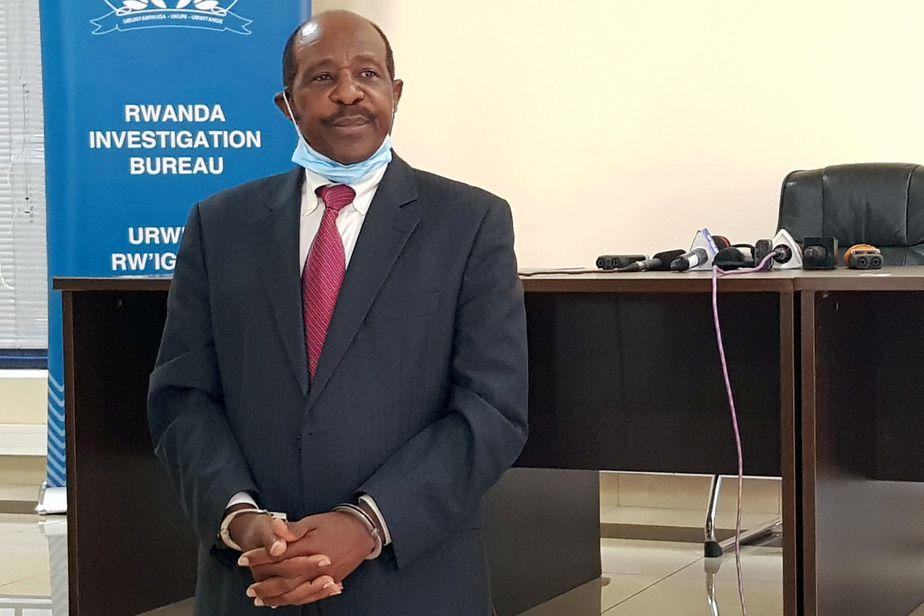 PHOTO CLEMENT UWIRINGIYIMANA, REUTERS  Paul Rusesabagina, 66 ans, est apparu menottes aux poignets, lundi à Kigali