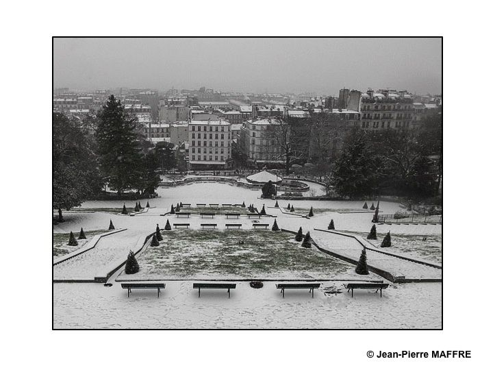 A Paris, en hiver et hors de l'afflux des touristes, les rues et la place du Tertre de la Butte Montmartre retrouvent le calme de leur vie paisible de village appréciés par les peintres.