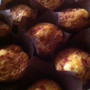 Muffins salés aux allumettes de jambon fromage raclette et poivre noir .