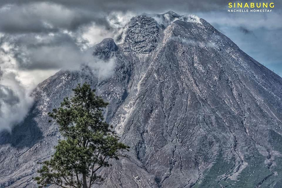 Sinabung - morphology of the summit with its cantilevered dome - photo Nachelle homestay 04.12.2020 / 10h08am