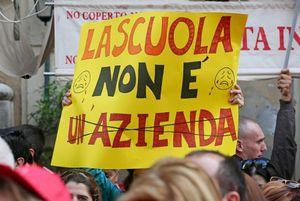 Il ricatto di Renzi sui precari della scuola
