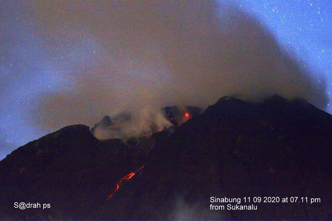 Sinabung - glowing dome and collapse on 11.10.2020 / 19:11 - photo Sadrah Peranginangin via Beidar Sinabung