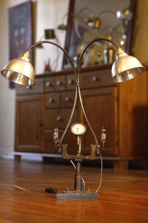 lampe que j'ai créé à partir d'anciens outils de mécanique, de laboratoire, ...