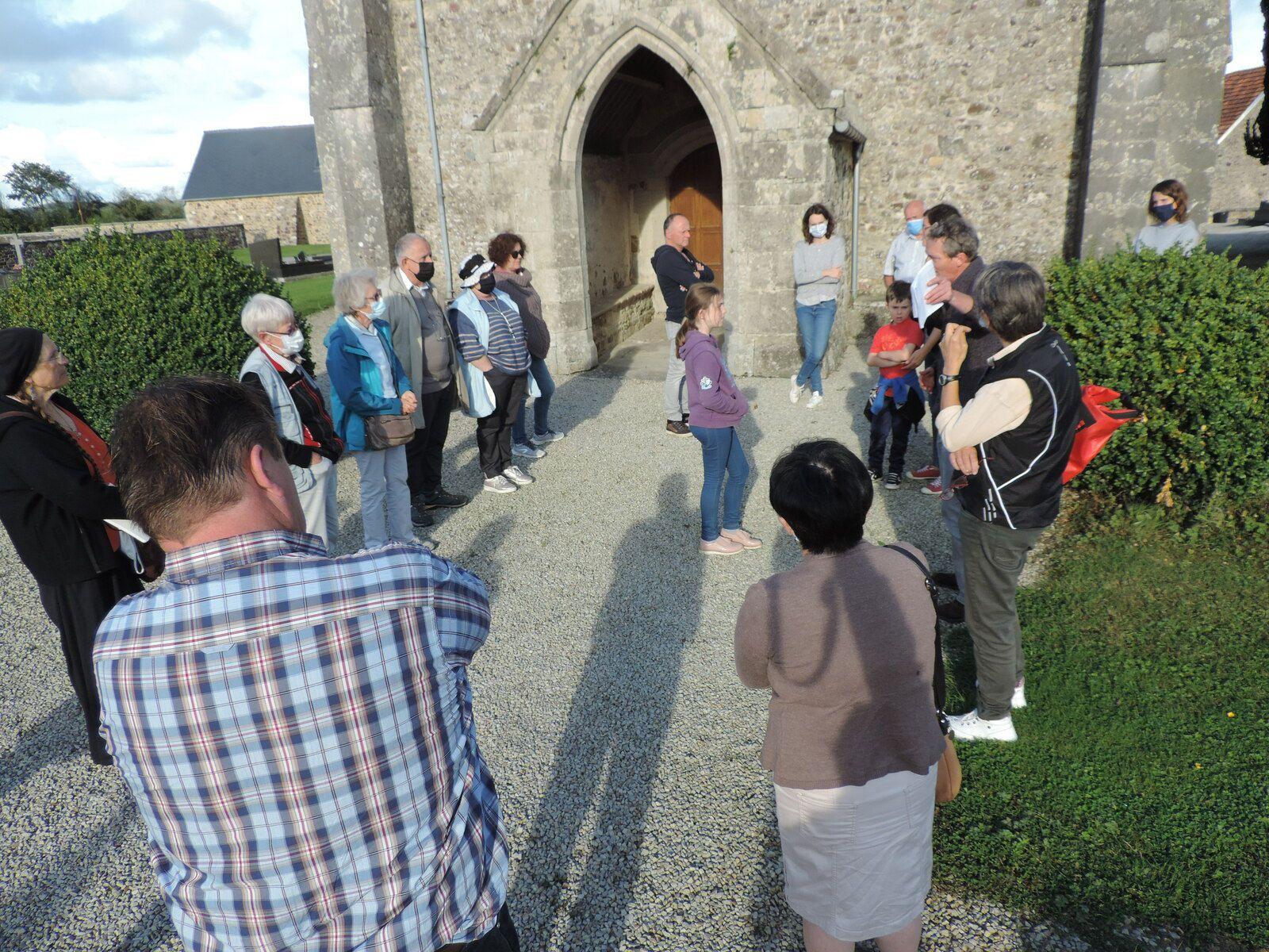 Julien Deshayes (à droite, avec une liasse à la main) évoque le glorieux passé de Néhou (Photo : D. Olivier-Lamesle)