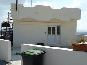 L'ancienne pâtisserie d'Ayhan, en septembre 2014. La maison a changé de mains, la fontaine de la paix a été enlevée, il ne reste qu'un panneau rouillé.
