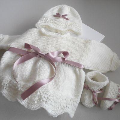 Tricot bébé, trousseau à ruban prune, fait main laine bb