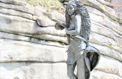 """Skulptur """"Mutter Erde""""  bei der Burgruine Weißenstein im Naturpark Steinwald"""