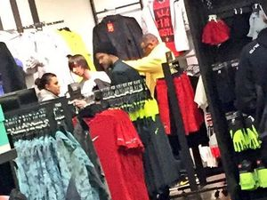 Photos: Justin dans un Nike Shop (19/11/2014)