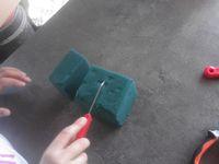 Recouvrir le support à l'aide de feuille de pandanus ou de coco, piquage des fleurs et mise en place sur le plateau