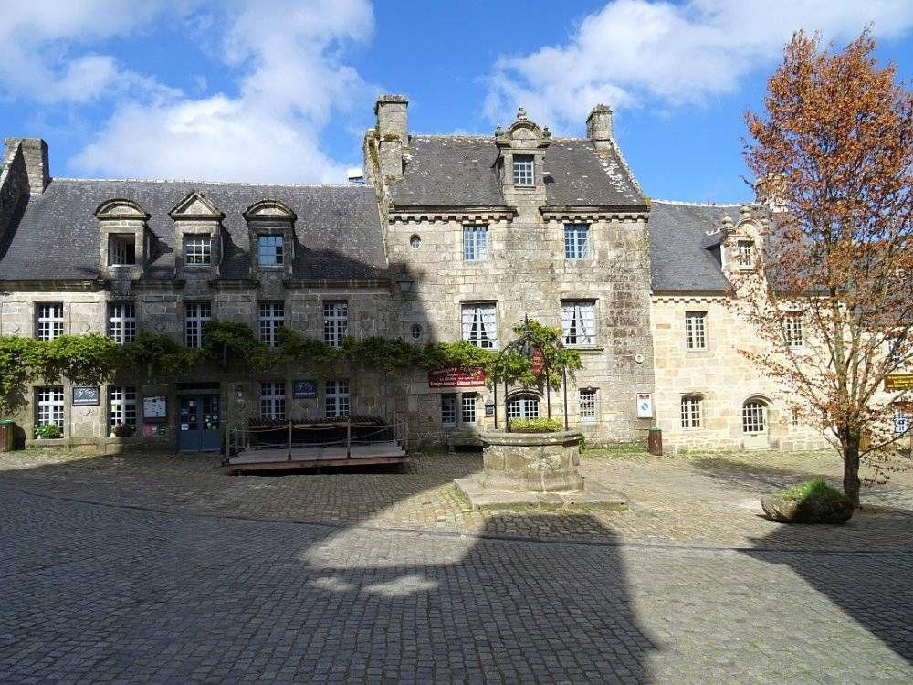 """""""Un des plus beaux villages de France"""" situé sur une colline, dans un cadre naturel exceptionnel"""