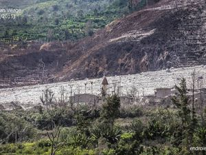 Sinabung - the pyroclastic flow buried the few remains of the village (evacuated) of Sukameriah 05/03/2015 - photo left endrolew@ - the remains of the village of Sukameriah, February 18, 2015 -  right, photo Sadrah Peranginangin - a click to enlarge.