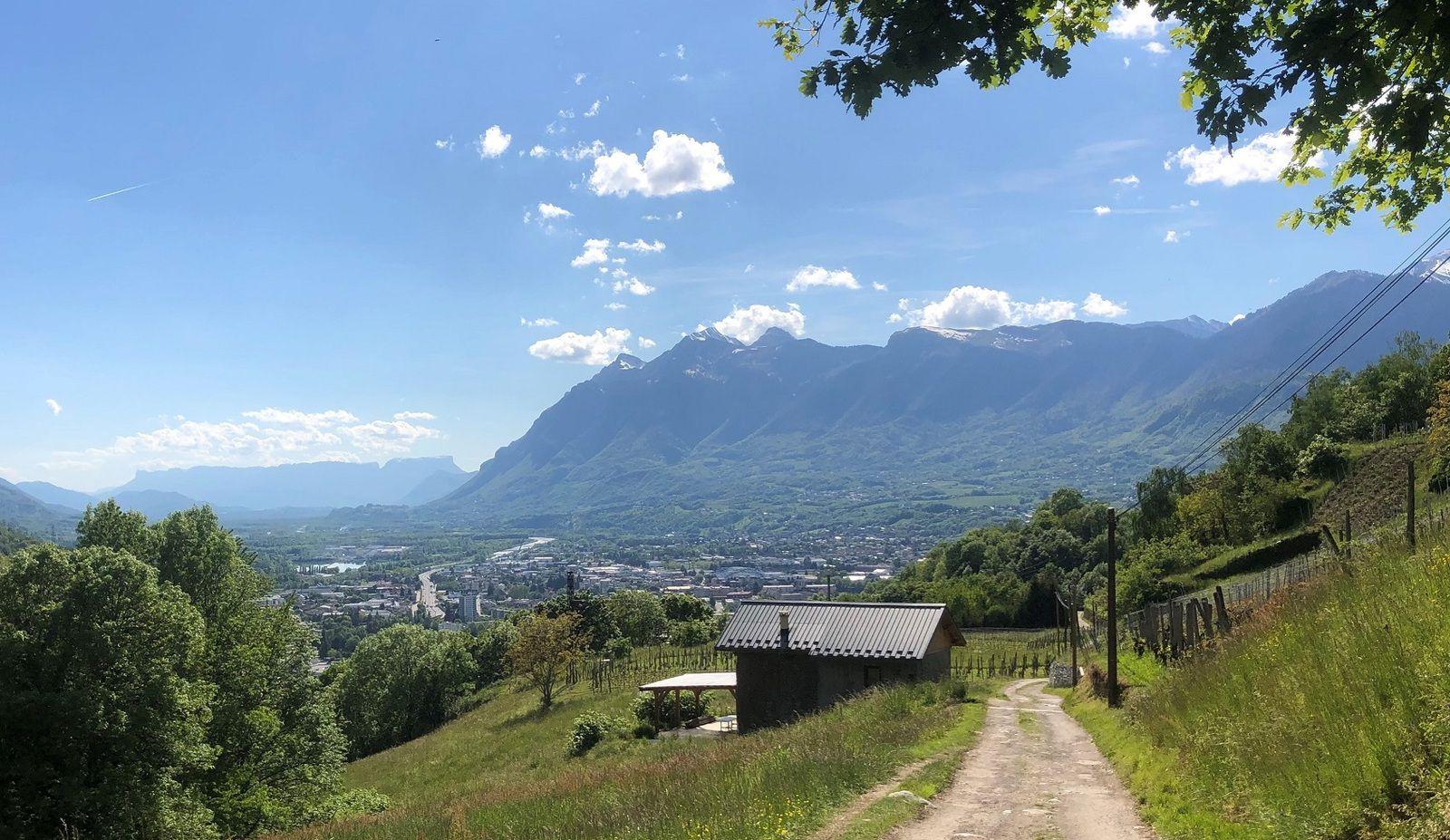 Photo 2 - A droite, les montagnes des Bauges, au fond, le massif de la Chartreuse. Le Granier domine Chambéry et à l'autre bout, la Dent de Crolles au-dessus de Grenoble.